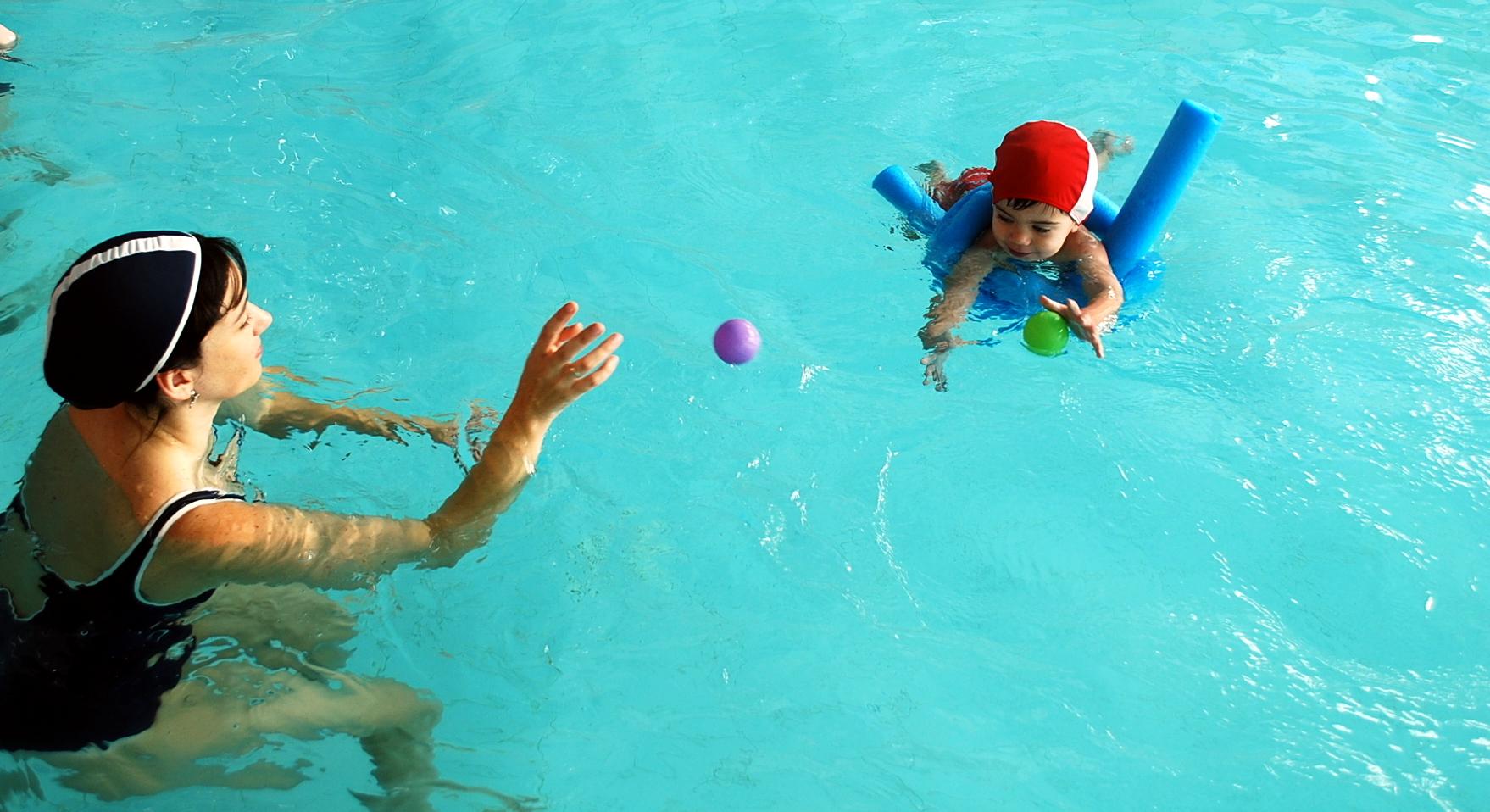 Mamá con un bebé en clase de natación en piscina Vigo