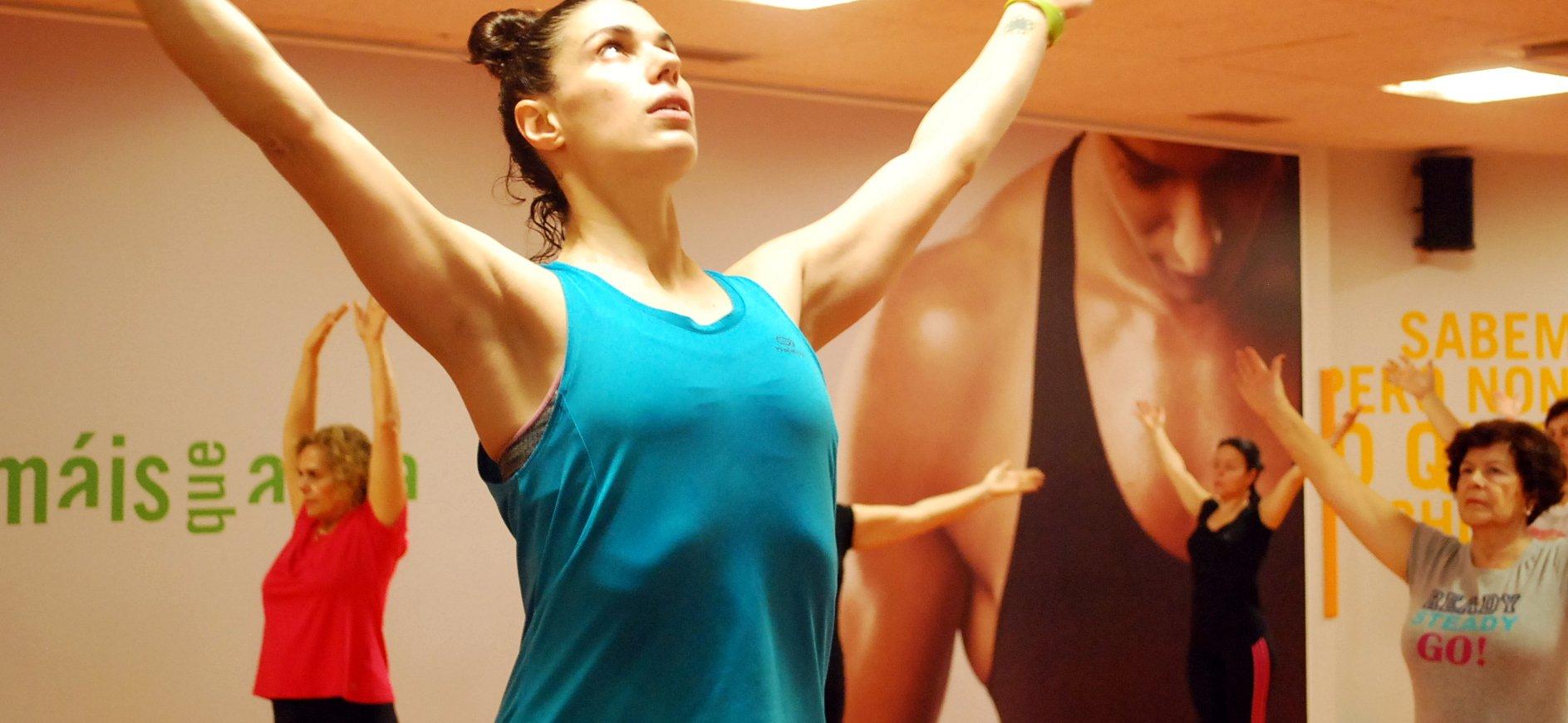 Mujer haciendo estiramientos en gimnasios Vigo