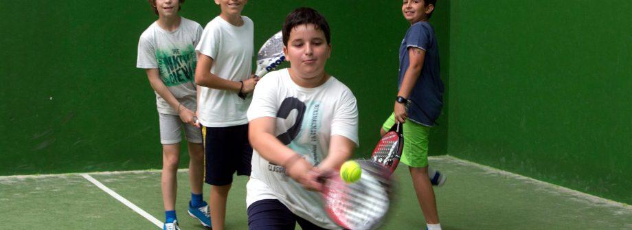 Niños practicando padel en pistas de Vigo