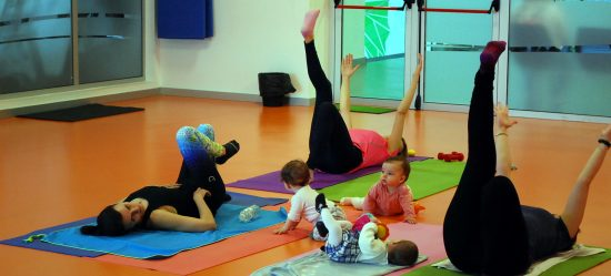Madres practicando fitness posparto en gimnasio Vigo