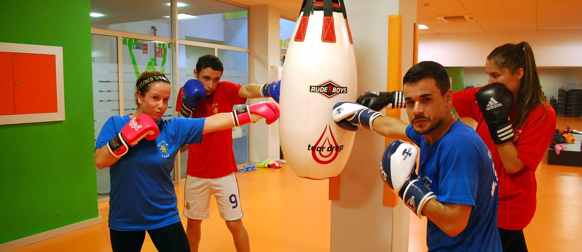 Usuarios practicando boxeo en gimnasio Vigo