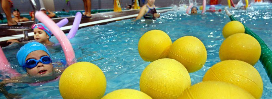 Actividades en piscina del Campus de verán Máis que Auga: lugar para ocio de los niños en Vigo