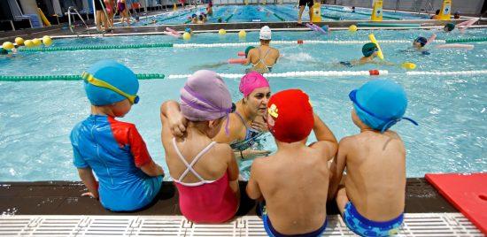 Niños aprendiendo a nadar en piscinas en Vigo