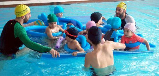 Niños disfrutando en piscinas en Vigo